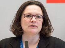 SPD-Chefin Andrea Nahles spricht vor der Bundestagsfraktion - die Partei möchte 2018 ihre Erneuerung starten.