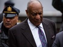 Der Comedian und Schauspieler Bill Cosby trifft am Gerichtsgebäude in Norristown (Pennsylvania) zum Auftakt des zweiten Prozesses gegen ihn wegen sexueller Belästigung ein.