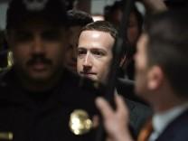 Mark Zuckerberg auf dem Weg zu einem Treffen mit Kongressabgeordneten - der Facebook-CEO will im Kongress zum Datenskandal aussagen.