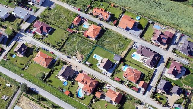 Eine Siedlung mit Einfamilienhäusern - die Grundsteuer soll nach einem Urteil des Bundesverfassungsgerichts aus dem Jahr 2018 neu berechnet werden.
