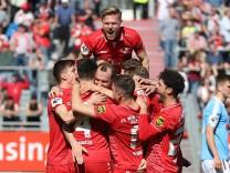 v li Würzburger Spieler mit Torjubel celebrate the goal goal celebration Jubel über das Tor zum