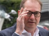 Alexander Dobrindt auf dem Weg zu einer CSU-Vorstandssitzung in München - der CSU-Landesgruppenchef im Deutschen Bundestag heizt die Islam-Debatte weiter an.