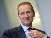 Der VW-Markenchef Herbert Diess 2015 bei einem Interview in Wolfsburg - 2018 übernimmt Diess den Vorstandsvorsitz des Konzerns.