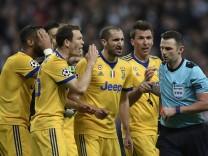 Spieler von Juventus Turin beschweren sich beim Schiedsrichter nach der Elfmeterentscheidung im Champions-League-Spiel gegen Real Madrid.