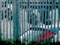 Großbritannien: In Schutzanzügen ermitteln Polizisten im Fall des vergifteten Ex-Spions Sergej Skripal und dessen Tochter.