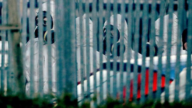 Im Fall Skripal ermitteln britische Polizisten in Schutzanzügen