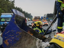 Helfer des Technischen Hilfswerks THW bei einem Unfall auf der A6