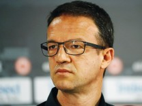 Fredi Bobic auf einer Pressekonferenz zum Wechsel von Niko Kovac zum FC Bayern
