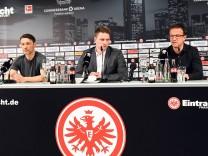 Fredi Bobic und Niko Kovac auf einer Pressekonferenz zum Wechsel von Niko Kovac zum FC Bayern
