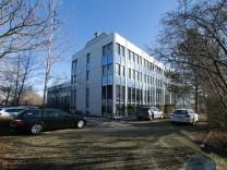 Bürogebäud im Gewerbegebiet Perlach-Süd mit der Anschrift: Hofer Straße 21-25. Der Komplex soll zu einem Boardinghaus umgebaut werden.