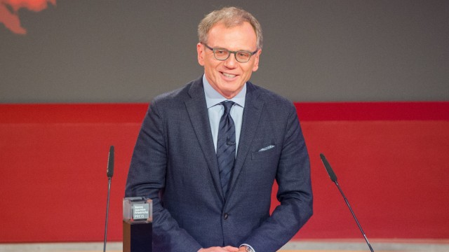 Der ORF-Journalist Armin Wolf spricht 2016 nach seiner Auszeichnung mit dem Hanns-Joachim-Friedrichs-Sonderpreis in Hamburg.