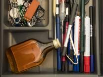 Symbolbild Sucht Alkohol Schnaps am Arbeitsplatz in der Büroschublade versteckt *** Icon image