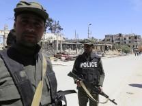 """Syrische Sicherheitskräfte in Duma - die Ermittlungsarbeit von Spezialisten der Organisation """"OPCW"""" zum Giftgasangriff 2018 wird von Sicherheitskräften erschwert."""