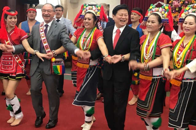 Landrat Karl Roth tanzt in Taiwan
