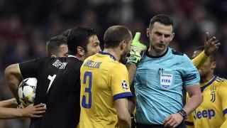 Juventus-Torwart Gianluigi Buffon beschwert sich bei Schiedsrichter Michael Oliver nach seinem Elfmeter-Pfiff im Champions-League-Spiel gegen Real Madrid.