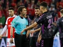 Guido Winkmann beim Bundesliga-Spiel des 1. FSV Mainz 05 gegen den SC Freiburg - der Schiedsrichter entschied nach einem Videobeweis in der Halbzeit-Pause auf Elfmeter für Mainz.