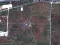 Syrien: Satellitenbilder eines Chemiewaffen-Bunkers in der nähe von Homs nach einem Raketenangriff.