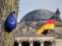 04 03 2017 Tiergarten am Reichstag Berlin EU Luftballon und Reichstag Gebäude Reichstag Bund