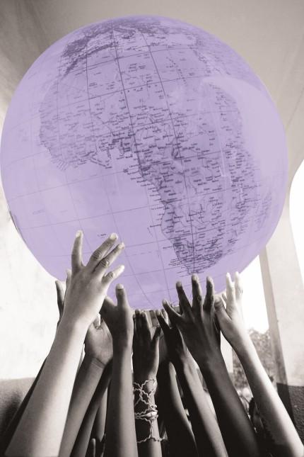 Kinder tragen die Welt auf Haenden In einer Schule in Ouagadougou Burkina Faso Children with a