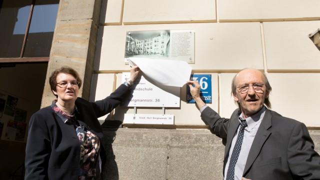 Einweihung Gedenktafel KZ-Häftlinge durch Frau Bürgermeisterin Christine Strobl. Eine Gedenktafel am Eingang der Schule in der Bergmannstraße 36 wird künftig an die achtzehn KZ-Häftlinge, die hier interniert waren und Zwangsarbeit leisten mussten, er