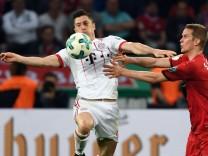 Robert Lewandowski von Bayern München setzt sich im DFB-Pokal-Halbfinale 2018 gegen Sven Bender von Bayer 04 Leverkusen durch.