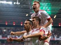 Thiago, Thomas Müller und Joshua Kimmich vom FC Bayern München bejubeln das 1:4 im DFB-Pokal-Halbfinale 2018 gegen Bayer 04 Leverkusen.