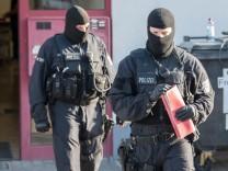 Die Bundespolizei hat bei einer bundesweiten Razzia im Rotlichtmilieu gegen organisierte Kriminalität und Zwangsprostitution mehrere Personen festgenommen.