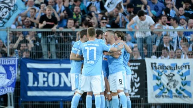 Spieler des TSV 1860 München mit Torjubel Jubel Torjubel Torerfolg celebrate the goal goal cel