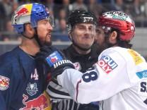 James SHEPPARD B geht Steven PNIZZOTTO M an den Kragen Streit Rangelei EHC Red Bull Muenchen Ei; Eishockey