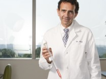 Tissue engineer Anthony Atala of Wake Forest University with a bladder he created in a laboratory.; SZ-Magazin