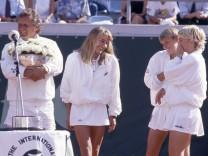 Tennis Federation Cup 1992 in Frankfurt Siegerehrung Team Deutschland von links Trainer Claus HOF