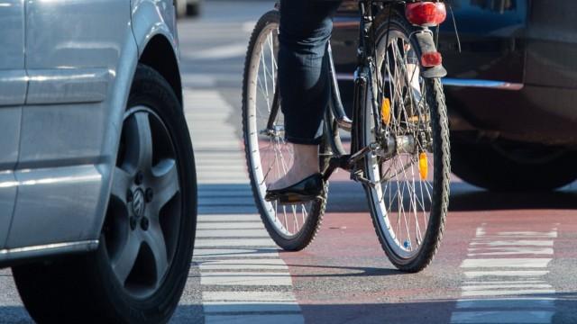 Auto und Fahrrad: Dooring-Unfälle durch unachtsam geöffnete Autotüren lassen sich leicht vermeiden.