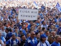 Fans des 1. FC Magdeburg feiern 2018 den Aufstieg in die 2. Liga