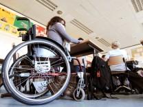 Schülerin im Rollstuhl