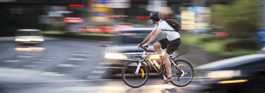 Ein Radfahrer faehrt ueber eine Kreuzung in Berlin 17 08 2016 Berlin Deutschland PUBLICATIONxINxGE