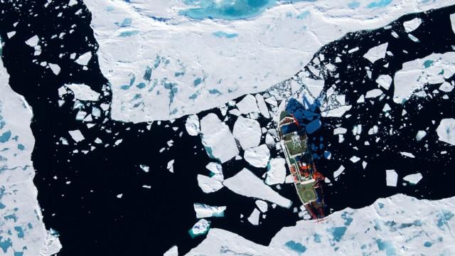 Luftaufnahme Polarstern am Gakkelrücken, Arktis / Pressefoto