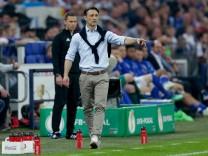 Schalke 04 v Eintracht Frankfurt - German DFB Pokal; Niko Kovac mit Pulli über den Schultern
