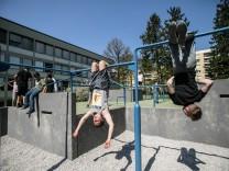 Sport- und Bewegungsflächen auf schulischen Pausenhöfen. Ludwig-Thoma-Realschule an der Fehwiesenstraße 118  âē dort gibt es einen Parkour-Park