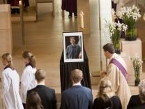Beisetzung Christian Krügel, Kirche der Pfarrgemeinde St. Johann Baptist, Gröbenzell
