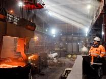 Ein Stahlkocher der Salzgitter AG in Niedersachsen überwacht den Herstellungsprozess.