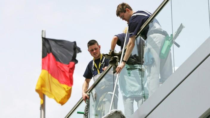 Fensterputzer auf dem Dach des Reichstages Berlin 25 05 2005 Berlin Deutschland PUBLICATIONxIN