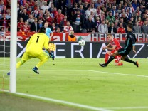 Keylor Navas Real Madrid CF 1 Joshua Kimmich FC Bayern Muenchen 32 mit dem Torschuss zum 1 0 R