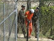 Ein Guantanmo-Häftling wird zum Verhör gebracht.