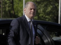 Olaf Scholz bemüht sich in der Runde der Euro-Finanzminiter um gelassenes Auftreten.