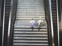 Zwei Personen laufen Treppen von einer Unterfuehrung hinauf in Berlin 17 08 2016 Berlin Deutschlan