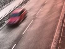 Ein Auto ist auf einer Landstrafle in der NâÄ°he von Mechernich Eifel NRW Auto auf Landstrafle ***