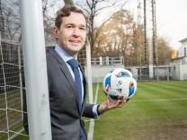 Friedrich Curtius, Generalsekretär des DFB,über Kommerz und den FC Bayern München.