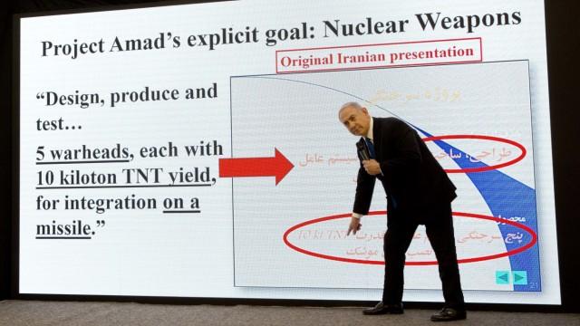 Israels Premier Benjamin Netanjahu präsentiert Bilder, die beweisen sollen, dass Iran noch immer den Bau einer Atombombe anstrebt.