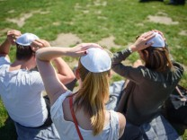 Freiwillige verteilen Kippot in Berliner Parks