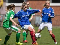 v li Marie Louise Eta SV Werder Bremen und Sarah Begunk Holstein Kiel im Zweikampf Duell due; Sarah Begunk Imago Holstein Kiel Frauenfußball Frauen
